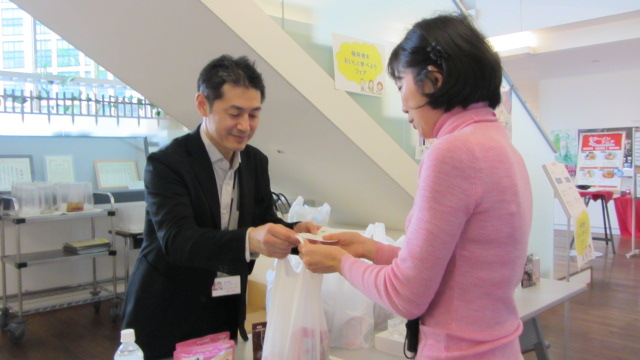 Handing out preserved food and recipe souvenirs