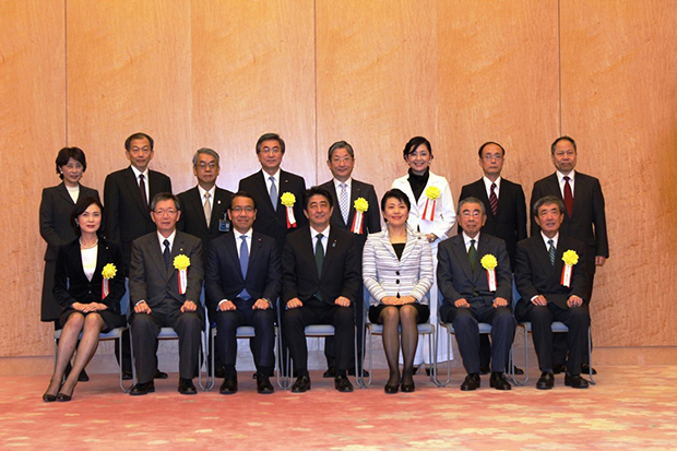 Commemorative photo at the awarding ceremony (person on the left in the front row is Corporate Executive Officer Sekine)