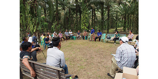 Photo 1: Exchange of opinions with palm farmers in Indonesia