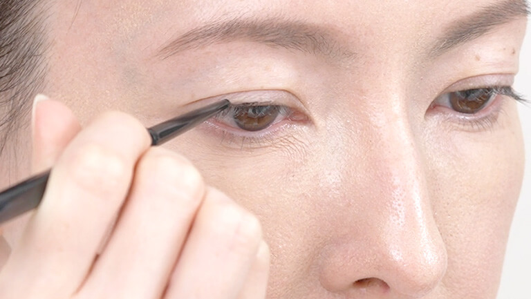 How to apply eyeliner easily and avoid smudging
